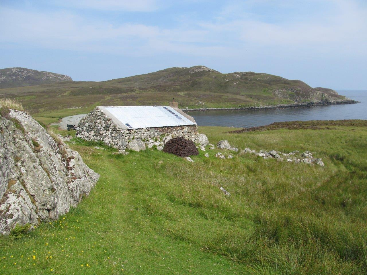 Back of Uishinish Bothy & bay N Binnie